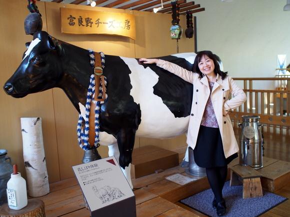 乳しぼり体験ができる牛の前で記念撮影