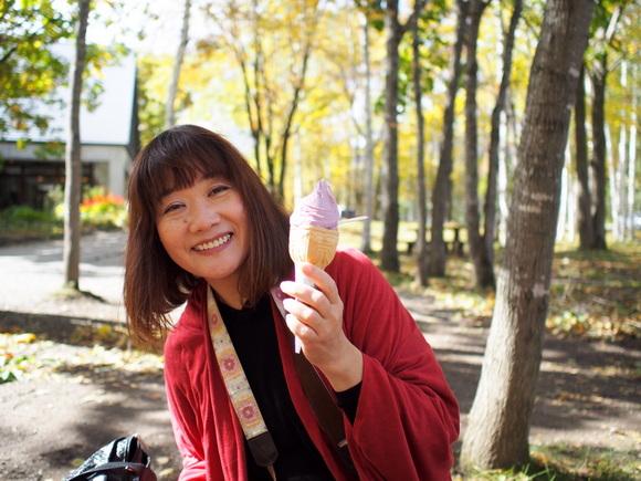 現役バスガイドにして人気ブロガーの花子さん、アイス片手ににっこり