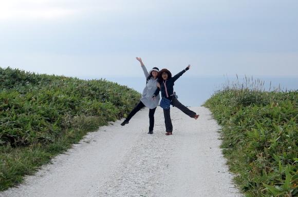 白い道の行先は大海原。見えてきた海をバックに喜びのポーズ!