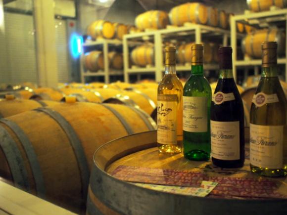 ワインが入った樽がずらりと並ぶ「ふらのワイン工場」