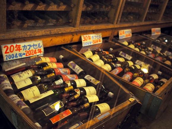20年~100年物のワインが並ぶタイムカプセルコーナー