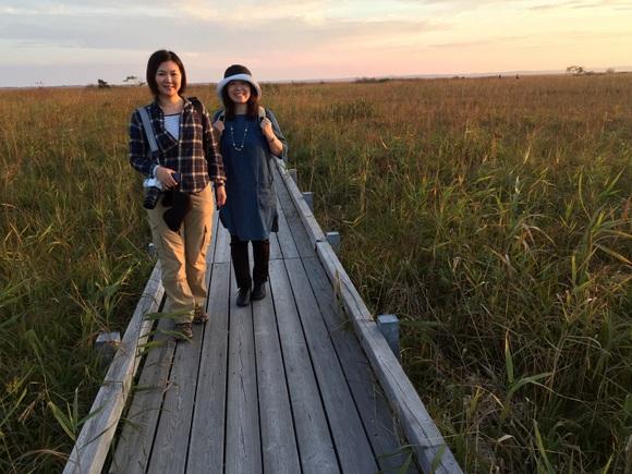 夕日に染まるサロベツ湿原で記念撮影