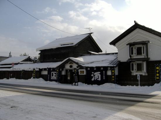 雪の中にたたずむ「高砂酒造」