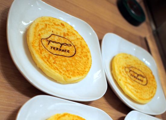 ユーヨーテラスの焼き印が入った玄米粥入りパンケーキ
