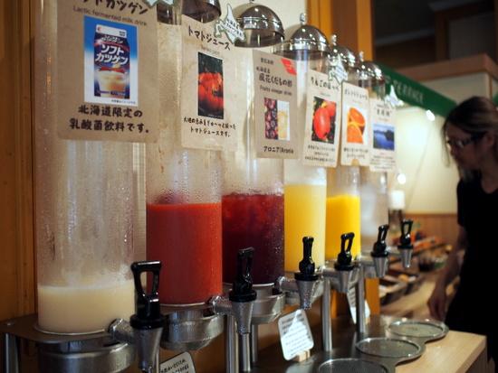 道産トマトや道産りんごのジュース、飲むフルーツ酢など、多彩なドリンク類