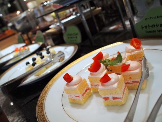 トマトのショートケーキやトウモロコシのロールケーキなど、野菜を使ったスイーツがいっぱい