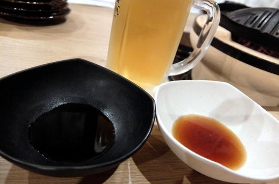さっぱりした醤油ダレとスパイシー風味の2種類が用意されているオリジナルの秘伝タレ