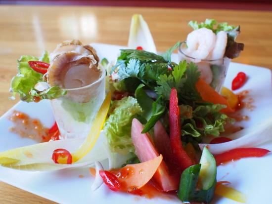 収穫シーズンには地元ニセコの採れたて野菜が食べられるシーフードサラダ