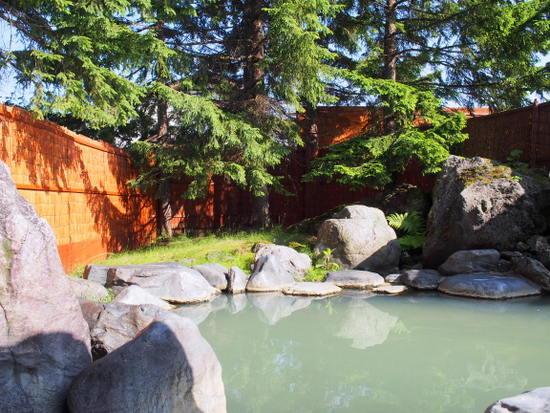 天然岩石に囲まれた露天風呂。にごり湯に泉質への期待が高まる