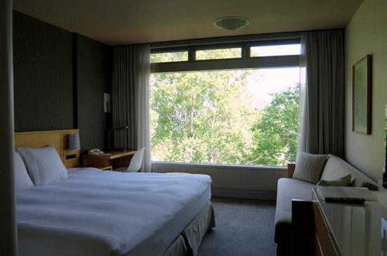 客室の窓の向こうには緑が広がる