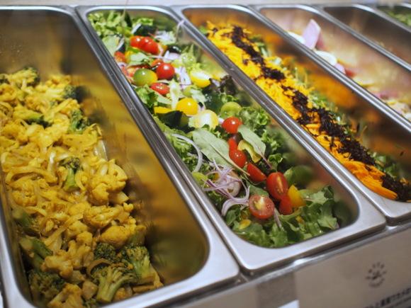 旬の野菜や肉・魚がたっぷりの12種のデリから、好きなメニューをチョイス