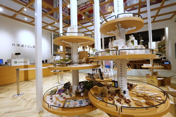 白樺林をイメージした空間には、雑貨や工芸品もあって楽しめます