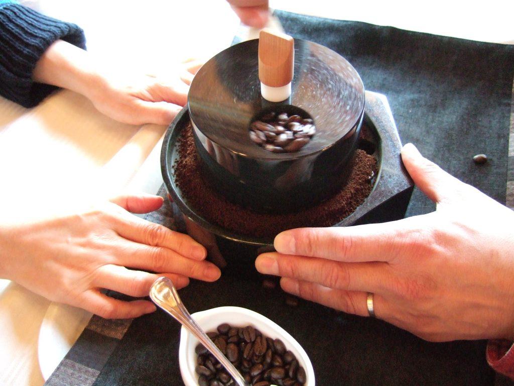 【石臼コーヒー】小さな石臼にコーヒー豆を入れて自分で挽かせてくれる