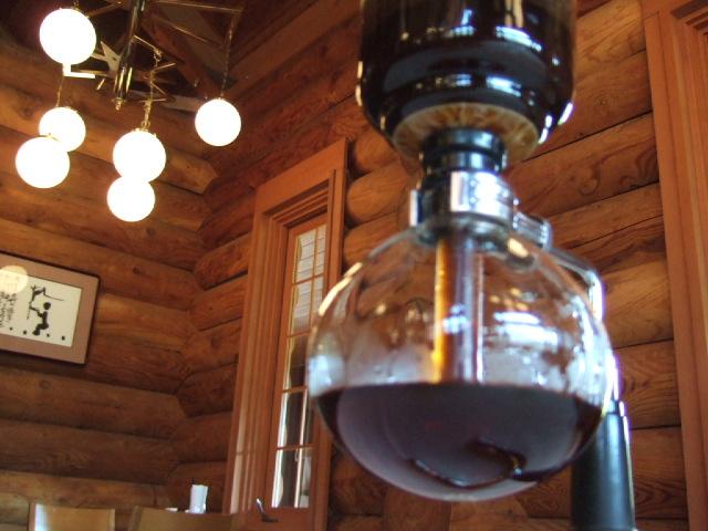 【石臼コーヒー】シェフが汲みに行く大雪の湧水を使い、 昔なつかしいサイフォンで淹れてくれる