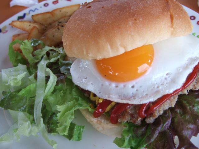 ゴルフコースのクラブハウスのハンバーガー