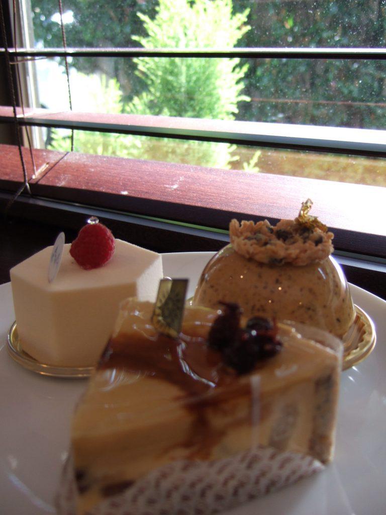 左上の白いケーキが、辻口さんを一躍有名にした「セラヴィ」
