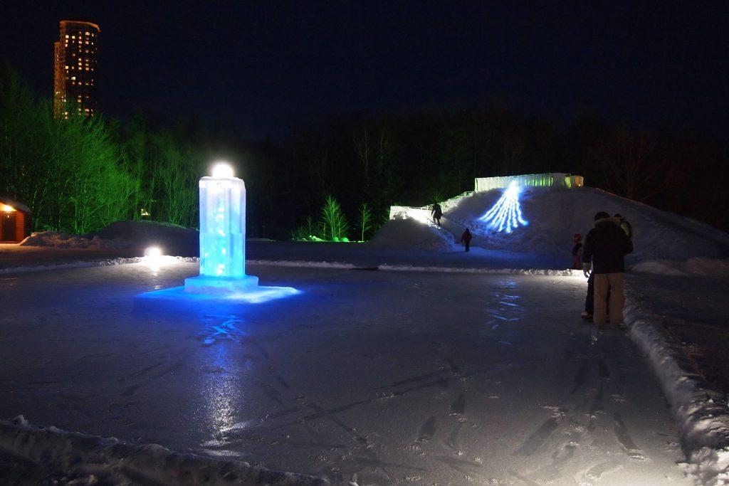 鵡川から注ぎ込まれた泉が凍りついて出来たスケートリンク