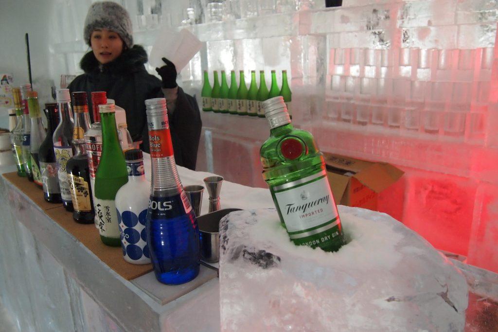 氷で出来たバーカウンター