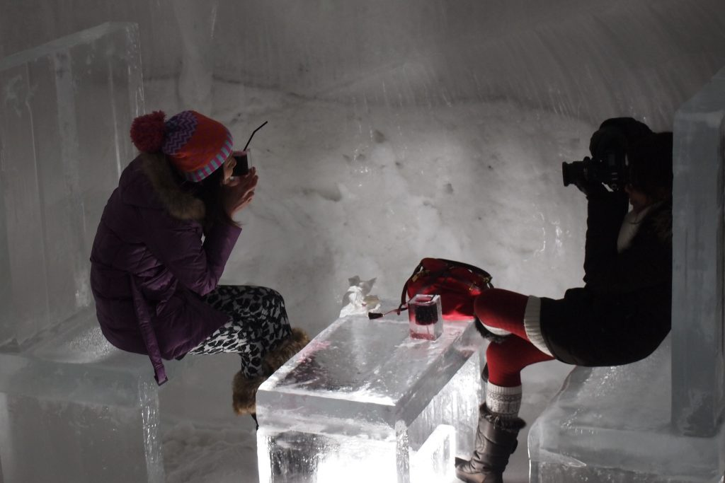 テーブルセットも氷