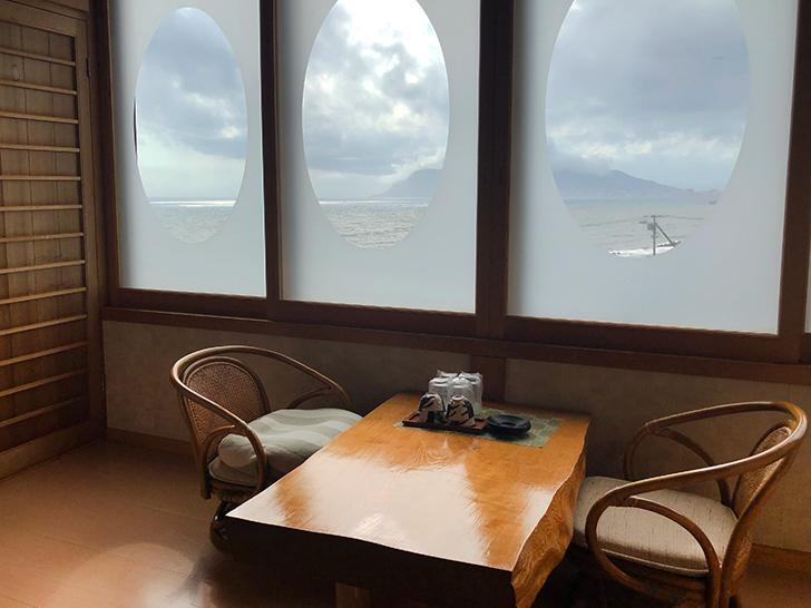 窓の向こうに函館山を望みます