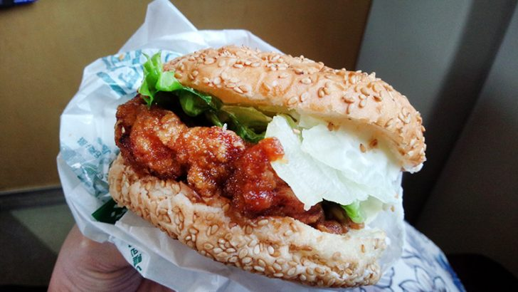 函館のB級グルメ「ラッキーピエロ」のチャイニーズチキンバーガー