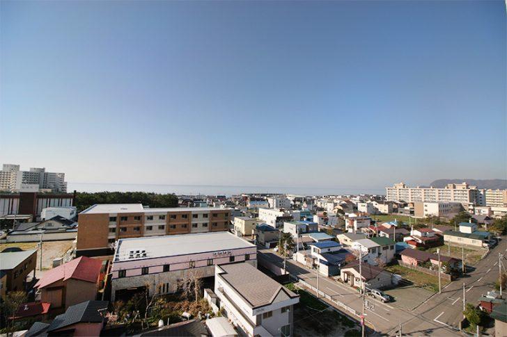 HAKODATE海峡の風「お風呂の窓からは街並みの向こうに津軽海峡が見えます。」