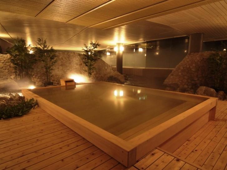 【檜風呂】やさしい香りのする「檜風呂」疲れも一緒にやさしく洗い流してくれそうです。