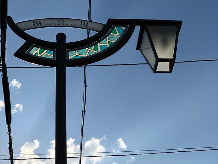 生活道路にあるステンドグラスの街灯