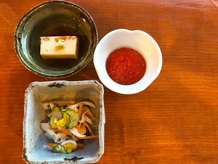 先付の雲丹豆腐と、小鉢の醤油いくらと、酢物の烏賊菊酢物です