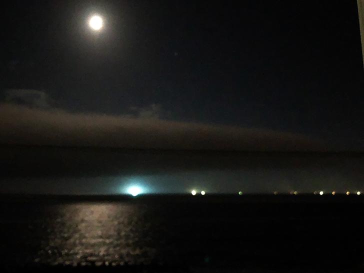 月灯りに照らされる海面と、津軽海峡の浮かぶ漁火