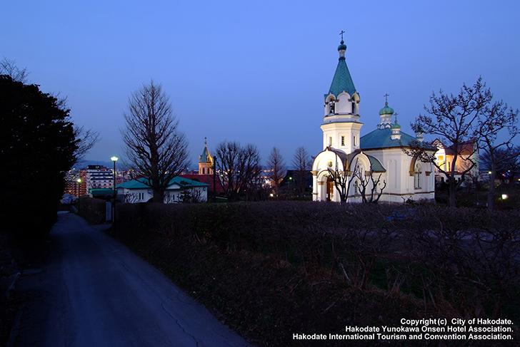 ライトアップされた夜の教会