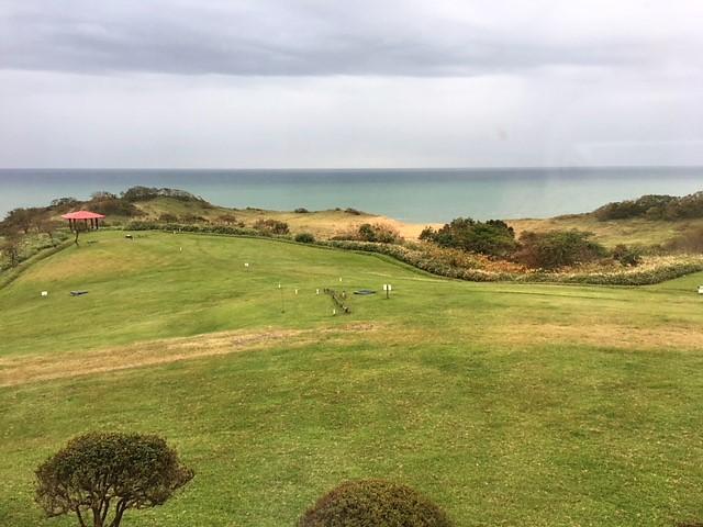 客室から見えるパークゴルフ場と海
