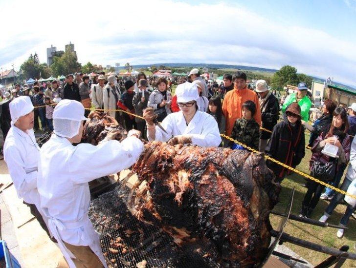 料理人たちが牛の丸焼きをカット