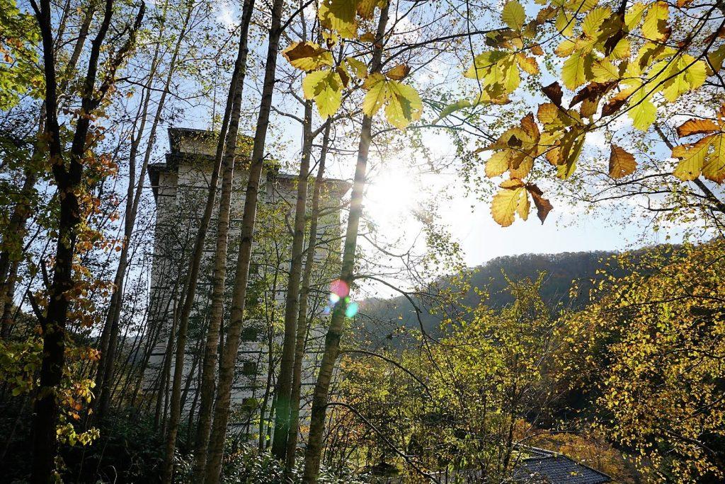 散策コースから見えるホテル外観