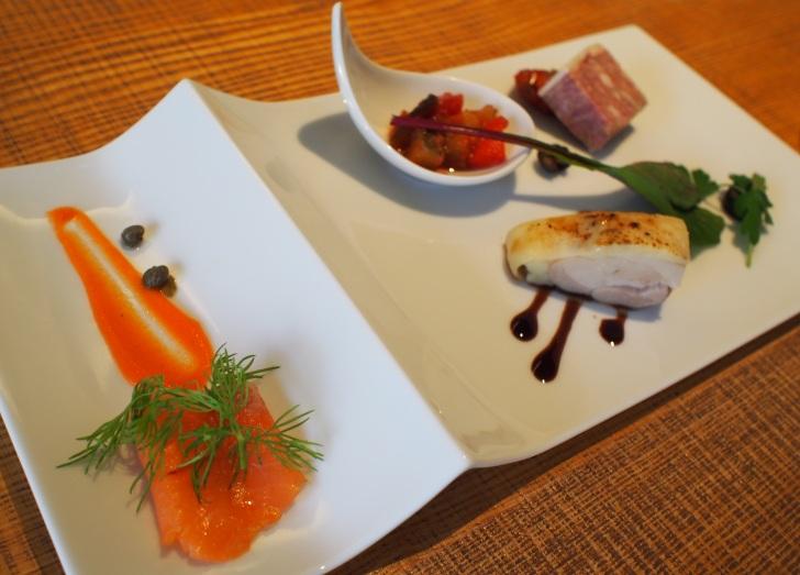 洋食プレート、スモークサーモン、伊達鶏のマリネ、色どり野菜のカポナータ、道産豚の田舎風パテ