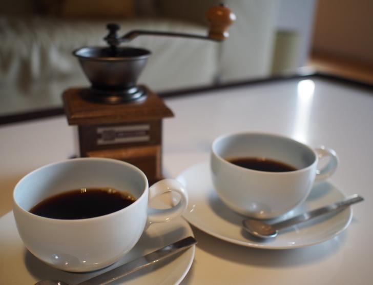客室のコーヒーミルと淹れたてコーヒー