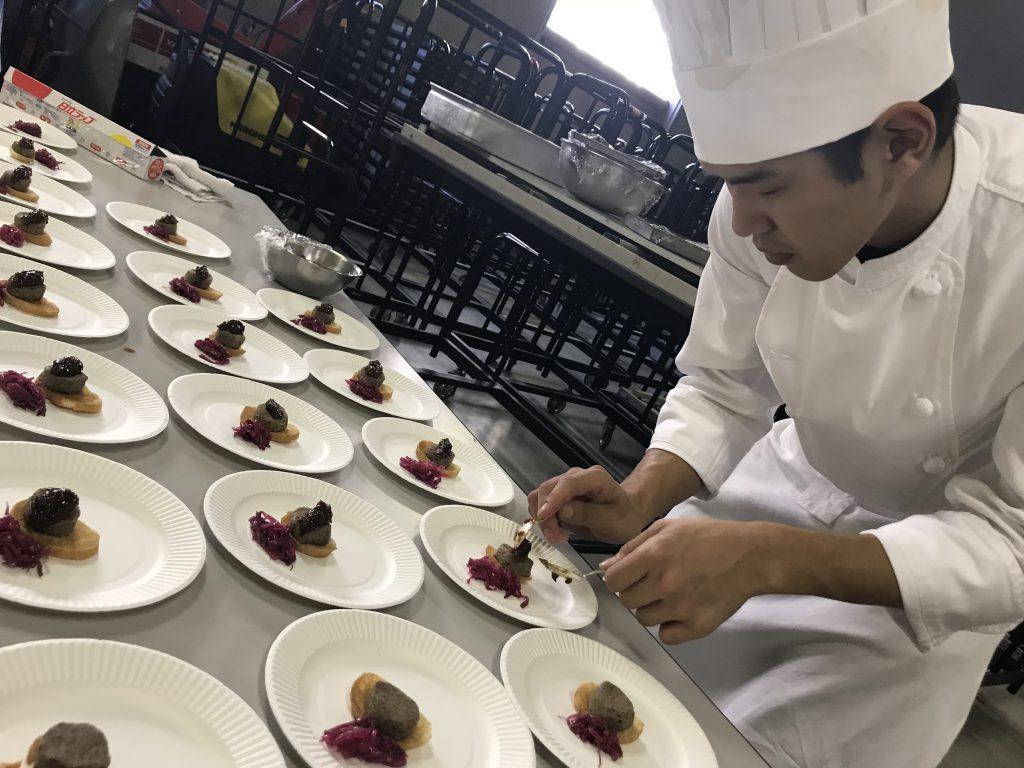 料理を盛り付ける料理職人