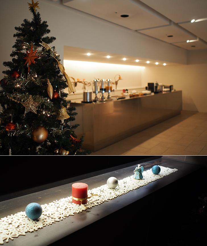 クリスマスツリーやクリスマスアイテムで飾られたラウンジ