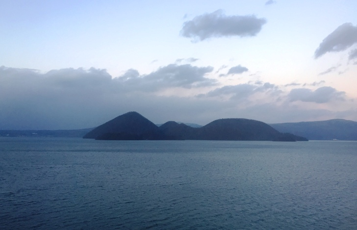 客室の窓から望む洞爺湖の景色
