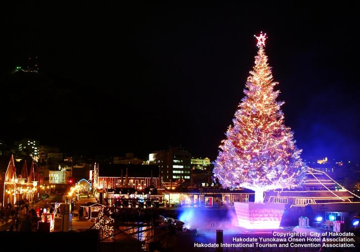 ライトアップされた夜のクリスマスツリー