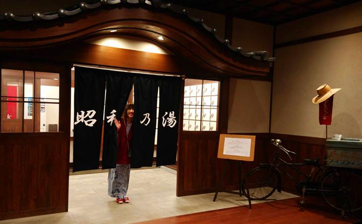昭和の湯の暖簾越しに記念撮影