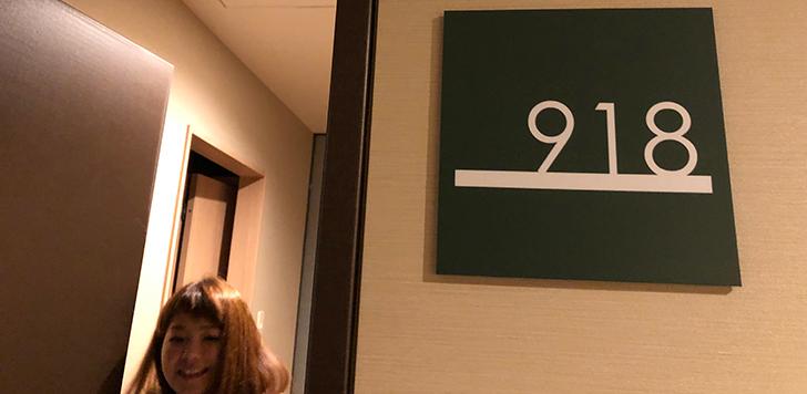 918客室前でパチリ
