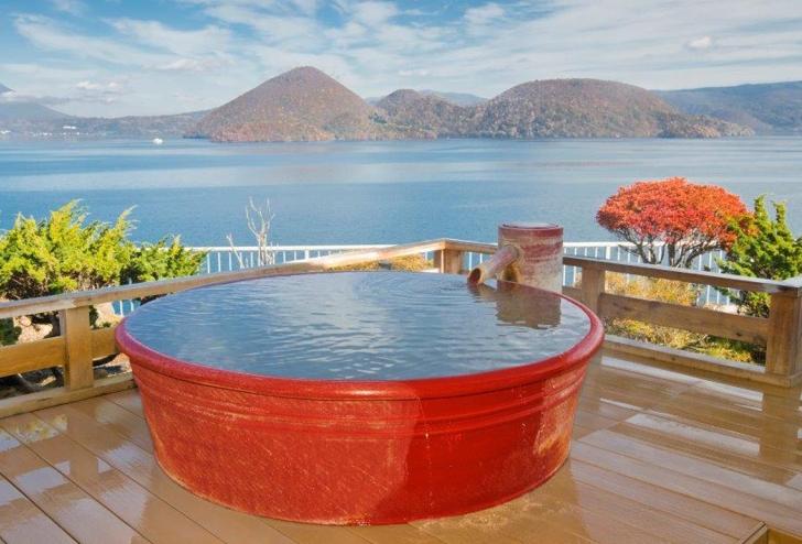 秋の洞爺湖を望む露天風呂