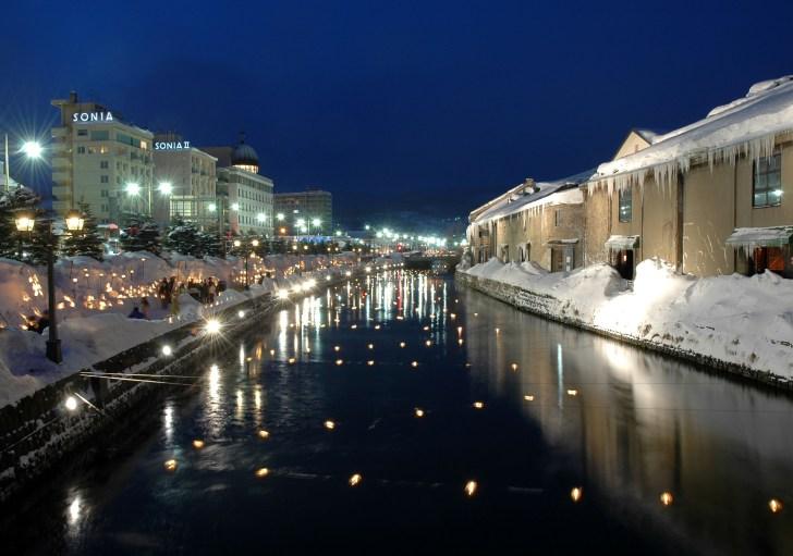 ライトアップされた夜の小樽運河