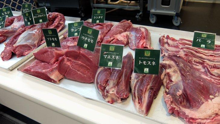部位ごとに並べられた鹿肉