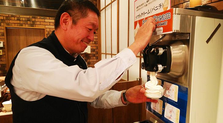 ソフトクリームを作ってくれたレストランスタッフの本田さん