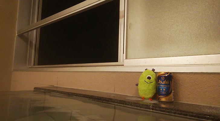 湯舟の縁に置かれたビールとひとつめ