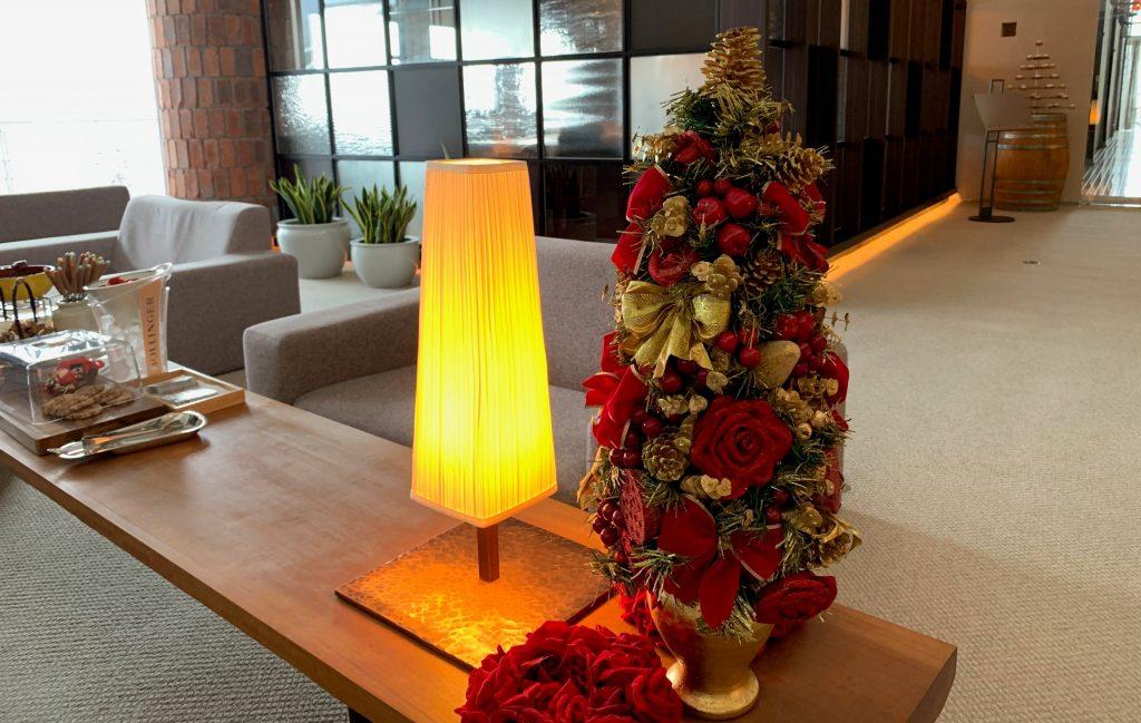 ロビーの長テーブルに置かれたクリスマスツリー