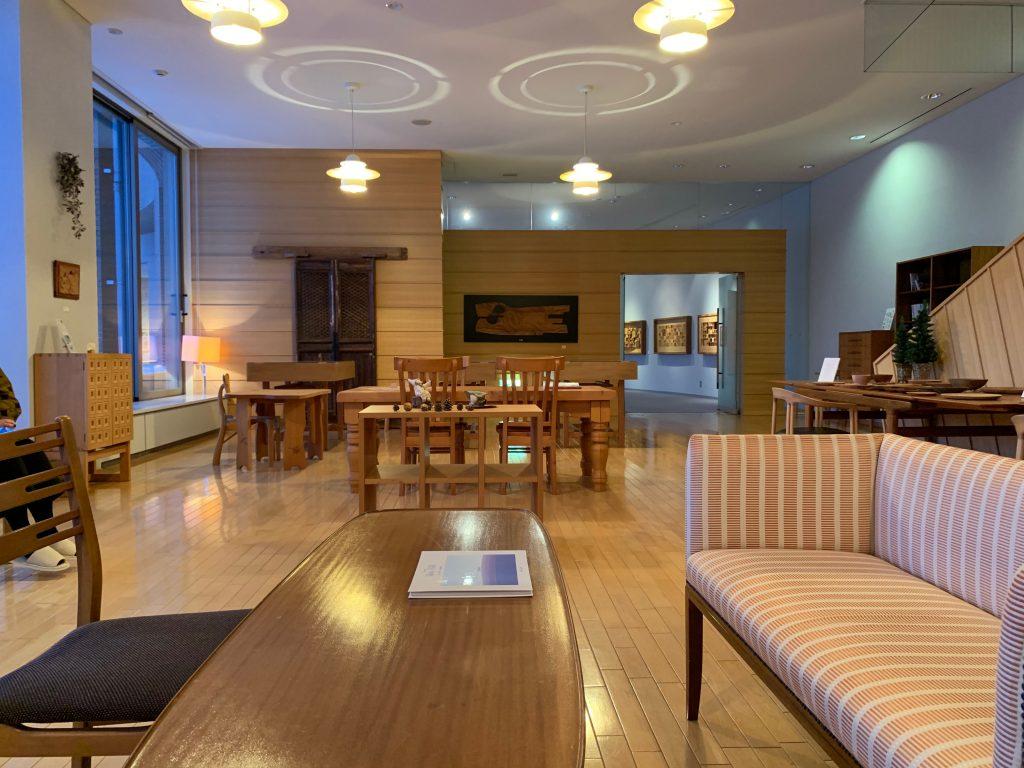 ダイニングテーブル&チェアやソファ、チェストなどを展示したギャラリー
