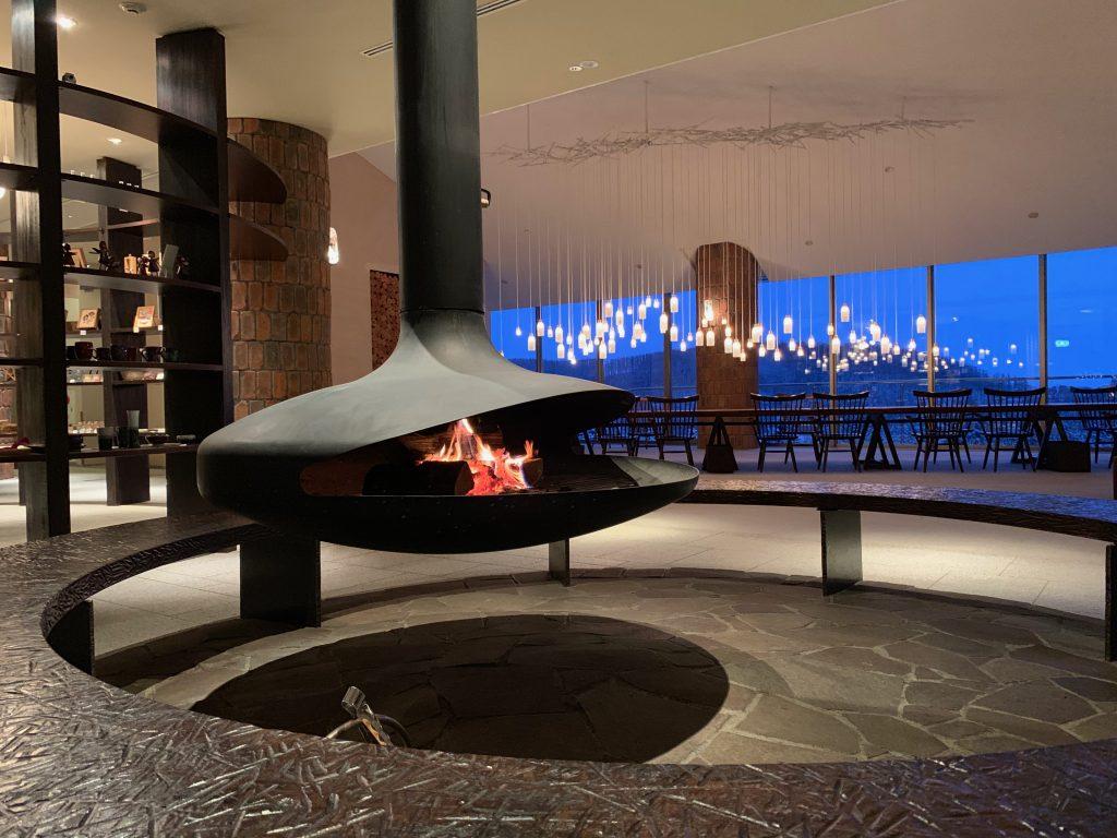 夜のロビーと暖炉